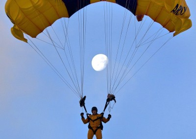 skydiver-913129_1280